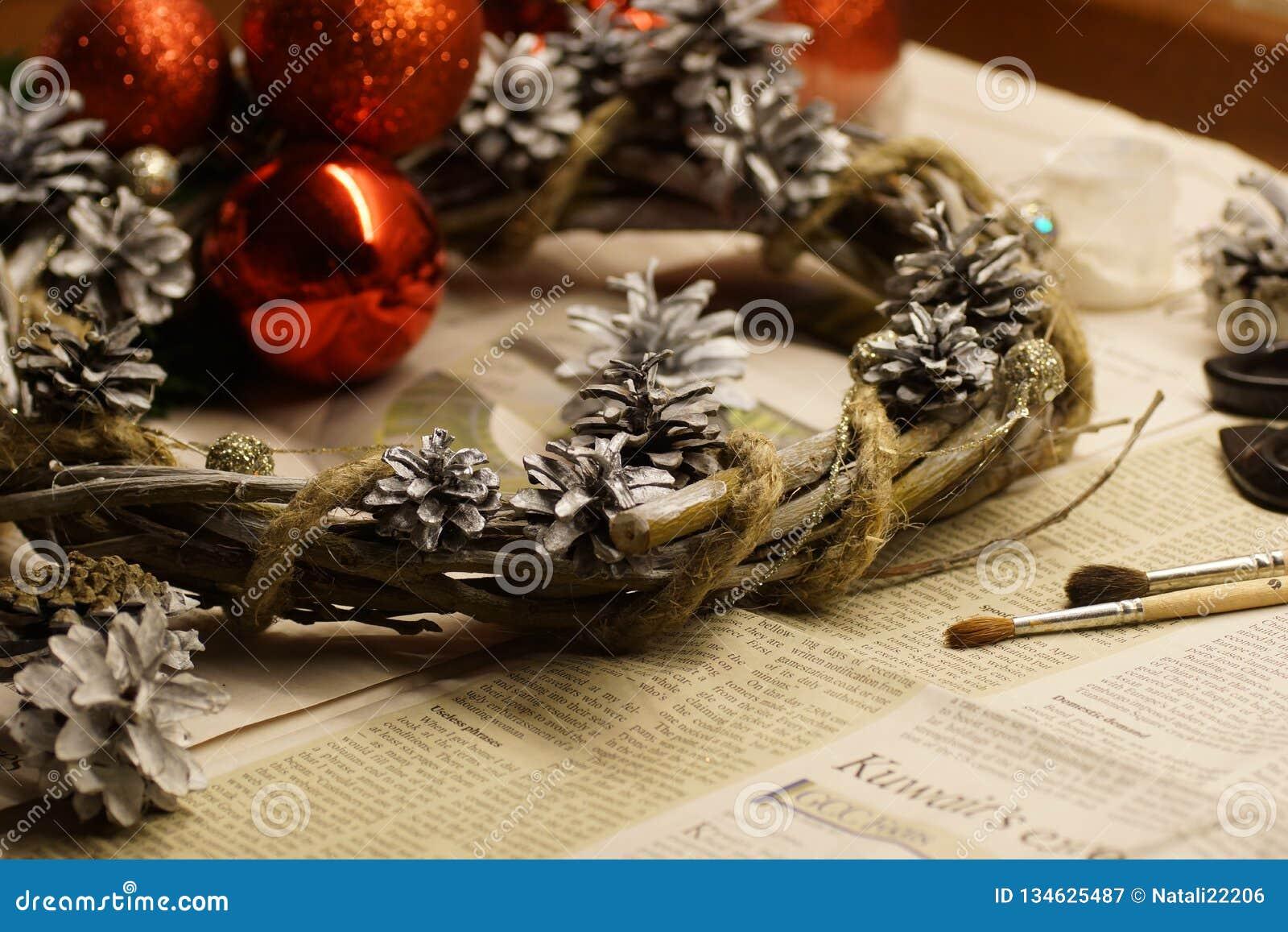 Proces robić Bożenarodzeniowemu wiankowi z jego swój ręce Adwentowy wianek lub Adwentowa korona, jesteśmy Chrześcijańskim tradycj