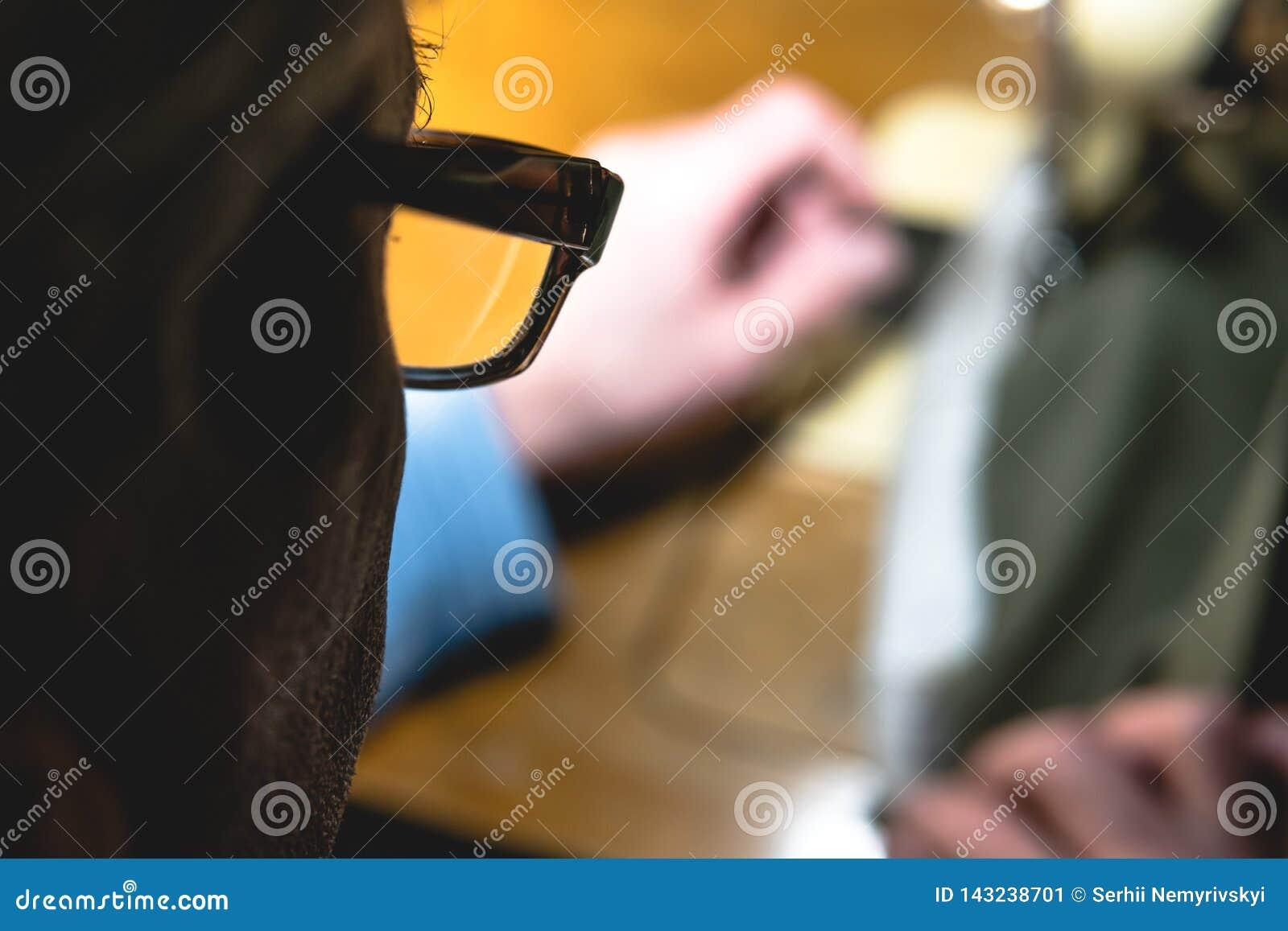 Proceso de costura de la correa de cuero las manos del viejo hombre detrás de la costura Taller de cuero costura del vintage de l