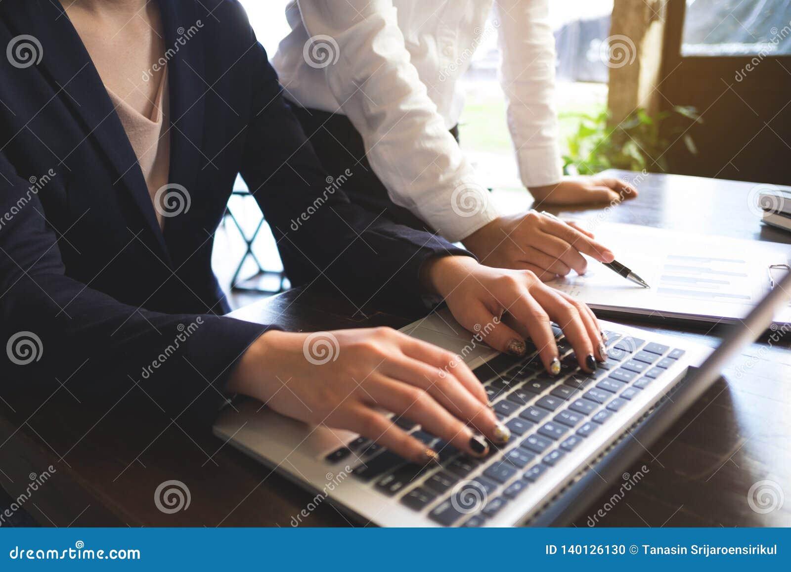 Proceso de trabajo del hombre de negocios en la oficina los compañeros de trabajo de la gente trabajan juntos, haciendo la conver