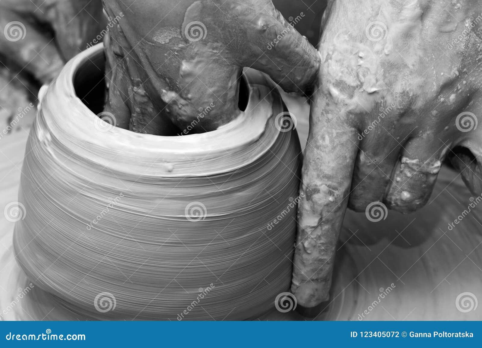 Process av danandeclayware på hjulet för keramiker` s