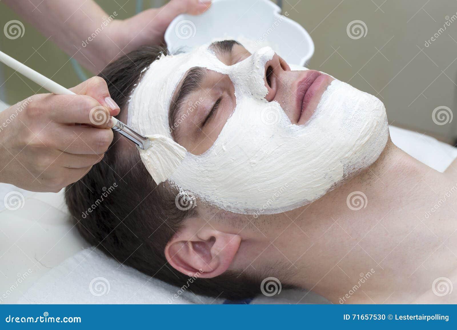 Process av massagen och ansiktsbehandlingar