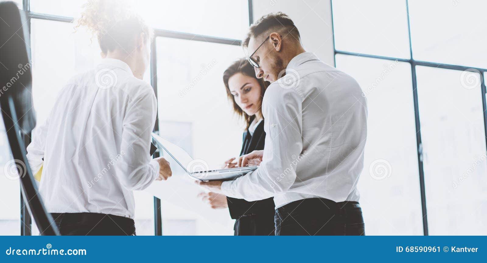 Process för affärslagarbete Yrkesmässig besättning för foto som arbetar med nytt startup projekt Möte för projektchefer analytica