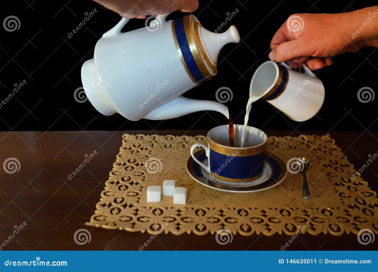 Processen av hälla ut kaffe med mjölkar