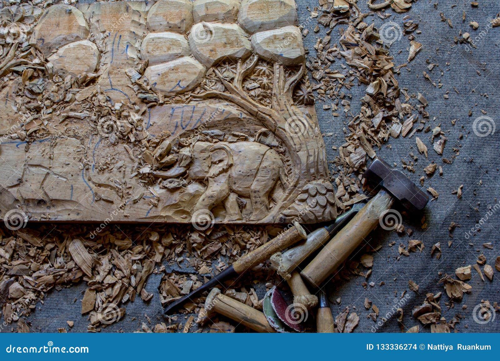 Processen av handen för panel för dekor för vägg för trä för elefanter 3D för trä densnida hand sned - gjord konst för teakträträ