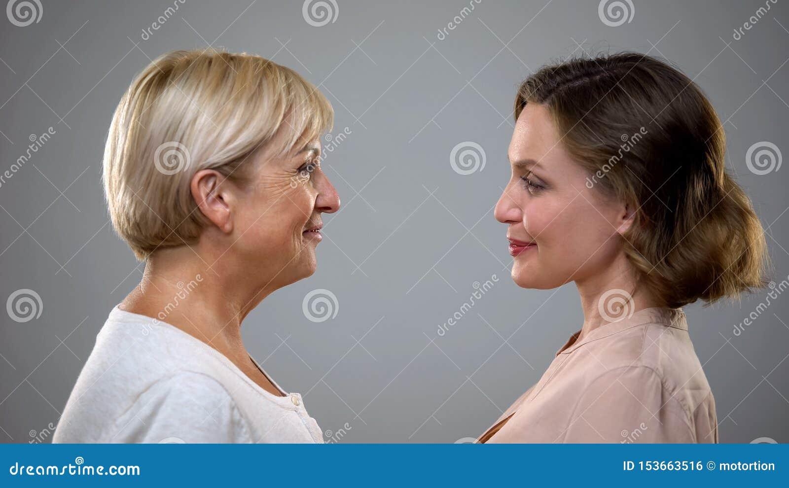 Processo de envelhecimento, mum adulto e filha olhando se, reflexão futura