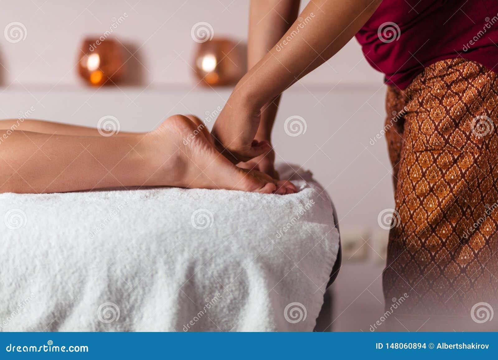 Processo de fazer massagens os pés no salão de beleza