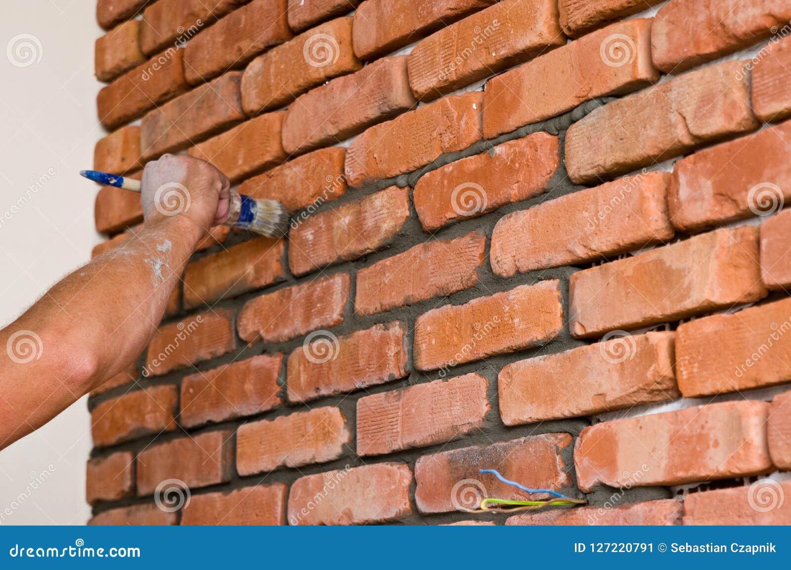 Processo de fazer uma parede de tijolo vermelho, renovação home