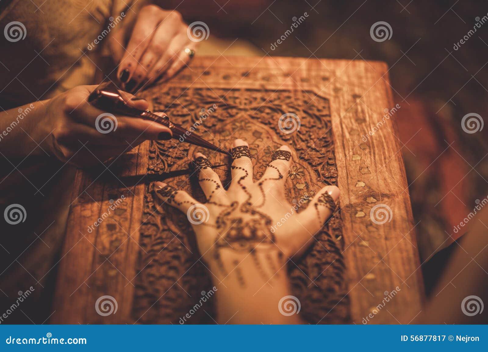Processo del disegno dell ornamento di menhdi del hennè