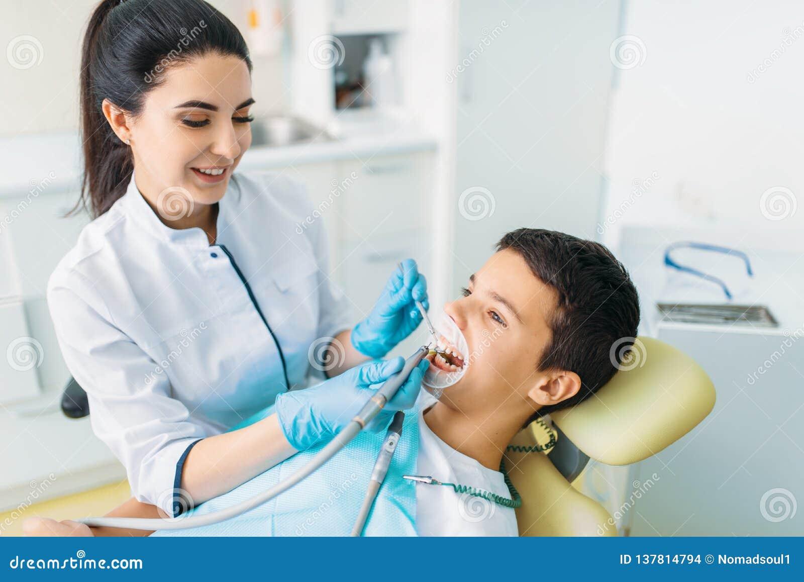 Processo di installazione della guarnizione, odontoiatria pediatrica