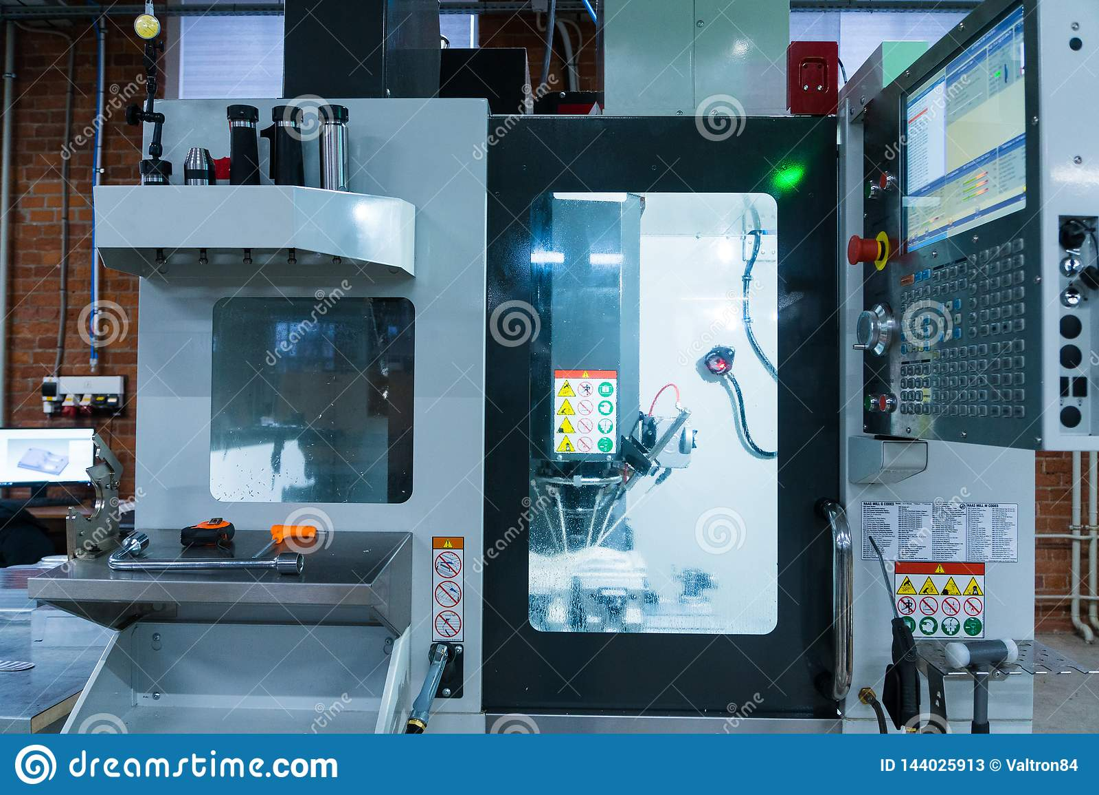 Processo di lavorazione dei metalli di fresatura Metallo industriale di CNC che lavora dal mulino verticale