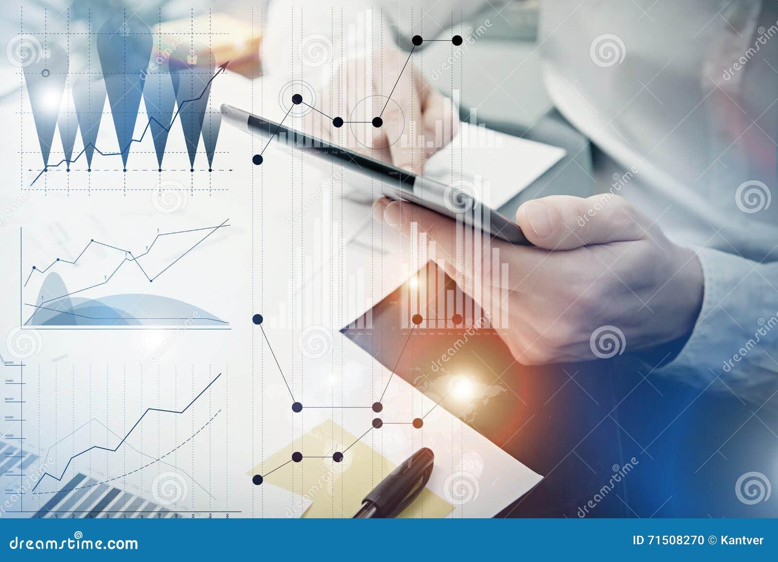 Processo do funcionamento do gerente do banqueiro Cartas do mercado do trabalho de Trader do analista da foto Usando dispositivos