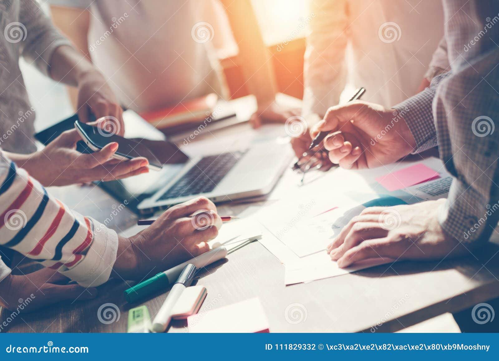 Processo do trabalho da equipe Conceituar da estratégia de marketing Documento e digital no espaço aberto