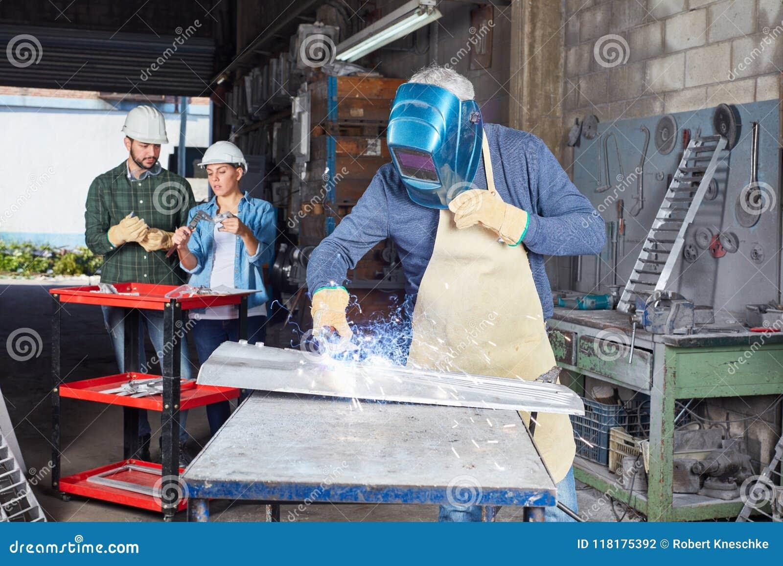 Processo metallurgico del saldatore nella fabbrica di metallurgia