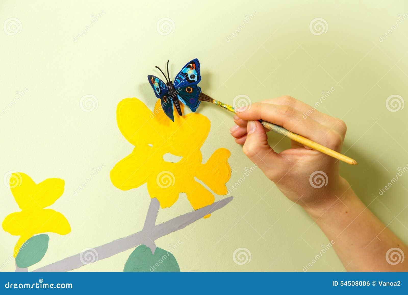 Processus de créer la peinture sur le mur