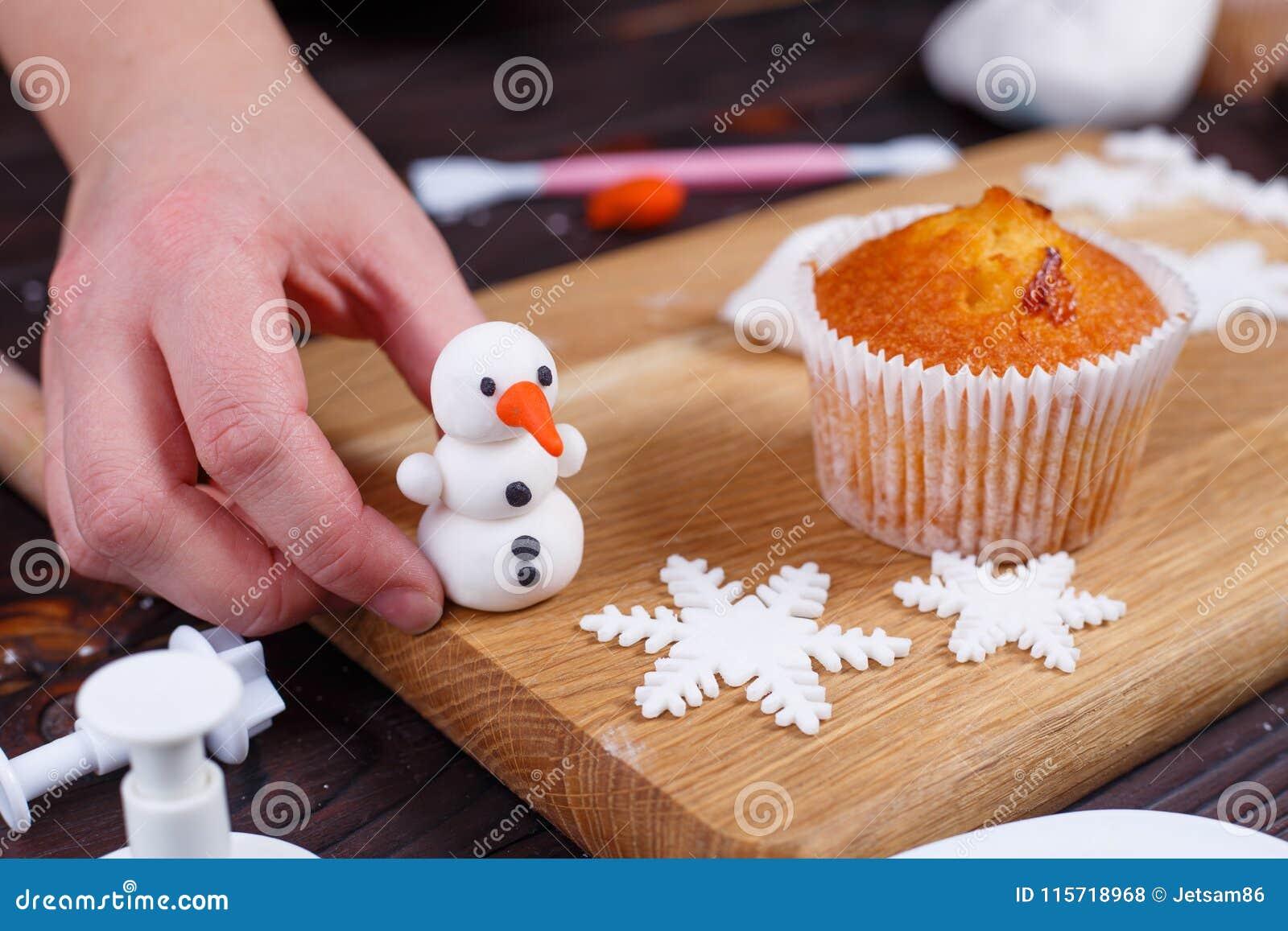 Processus de faire une décoration de petit gâteau de bonhomme de neige de la confiserie