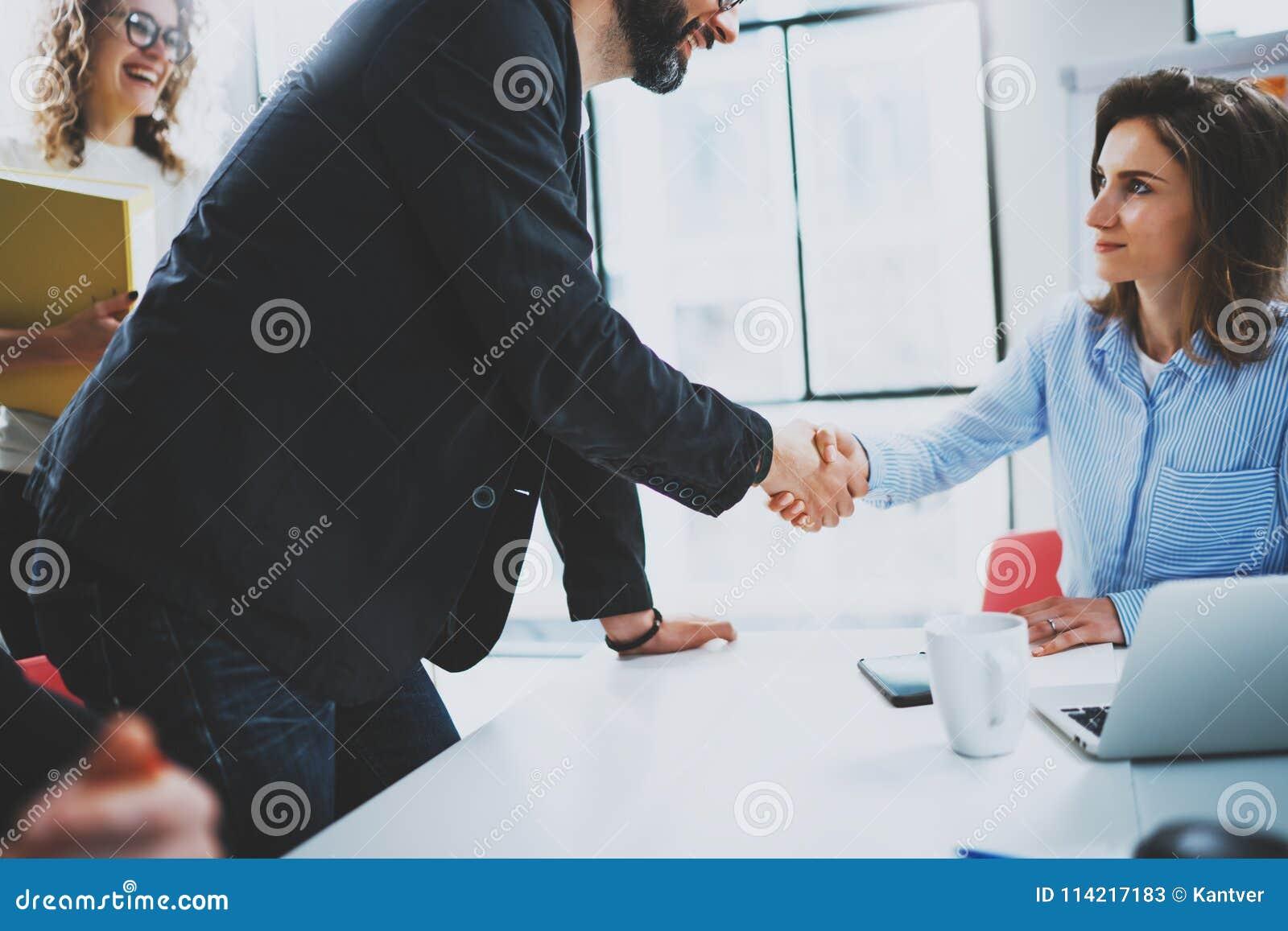 Processus de poignée de main de collègues du concept deux Poignée de main d association d affaires Affaire réussie après la grand