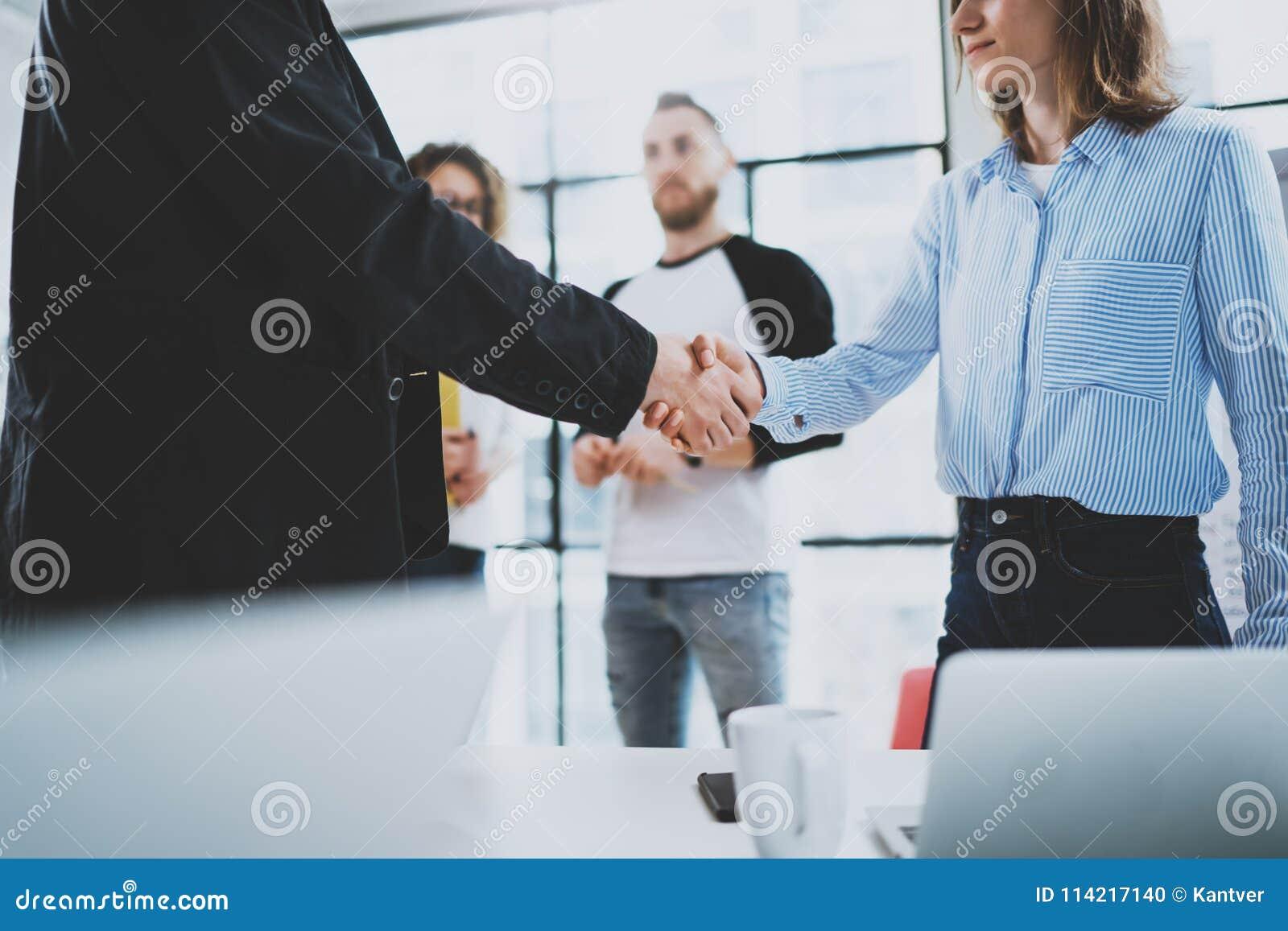 Processus de poignée de main de collègues du concept deux Poignée de main d association d affaires Fond brouillé