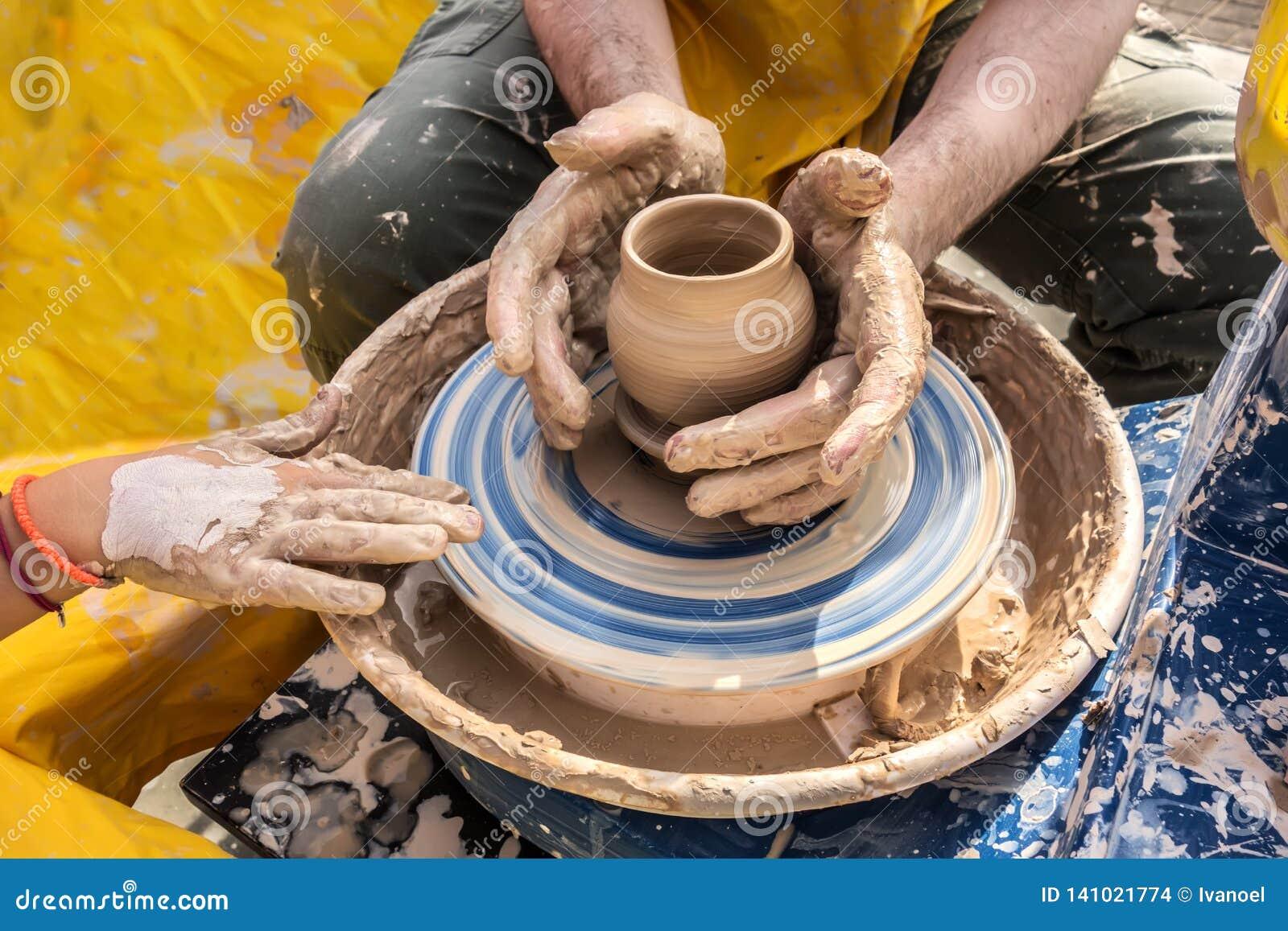 Processus de rotation de la roue du ` s de potier, mains de ceramist