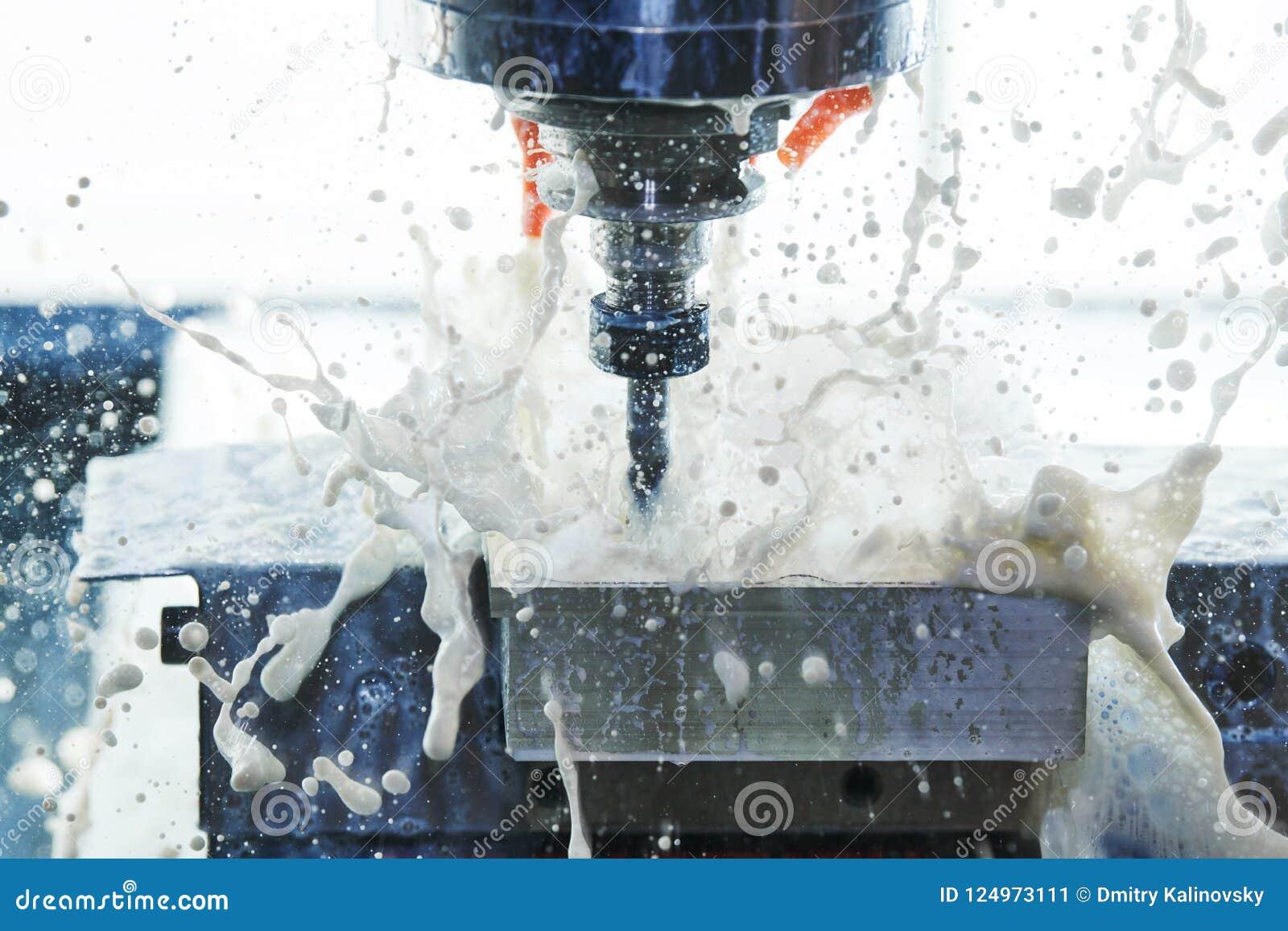 Processus métallurgique de fraisage Métal industriel de commande numérique par ordinateur usinant par le moulin vertical Liquide