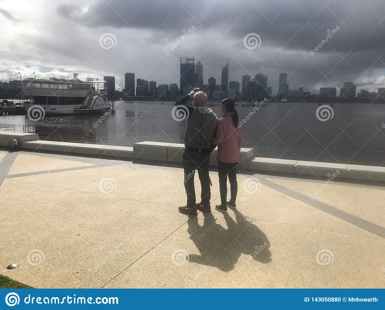 Prochaine ville de Perth de tempête par la rivière de cygne