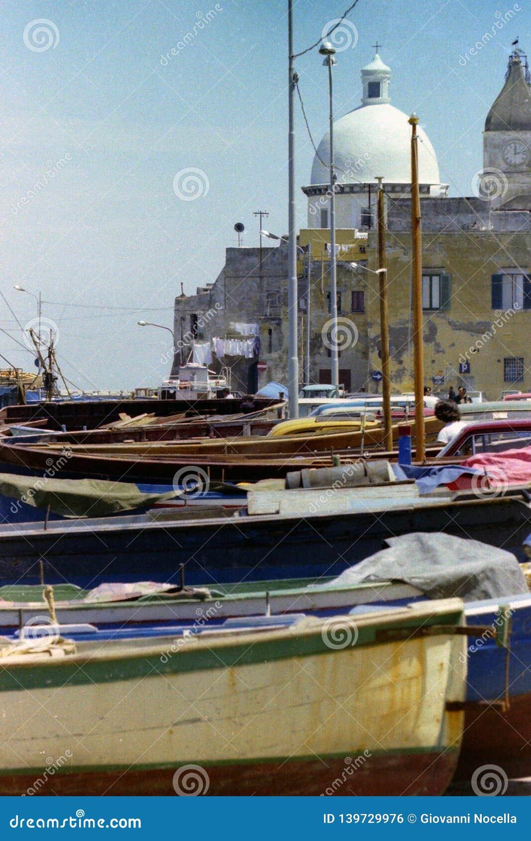 PROCIDA, WŁOCHY, 1970 - kopuła kościół S Maria della Pietà i St Giovanni Battista dominuje suche łodzie