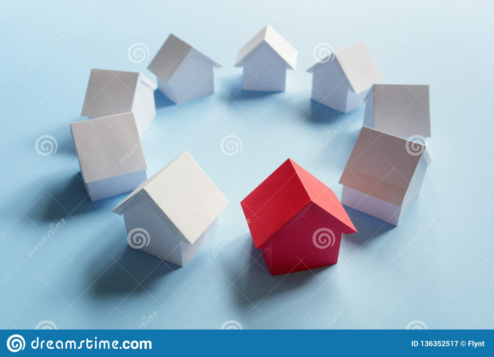 Procurando pela propriedade dos bens imobiliários, pela casa ou pela casa nova