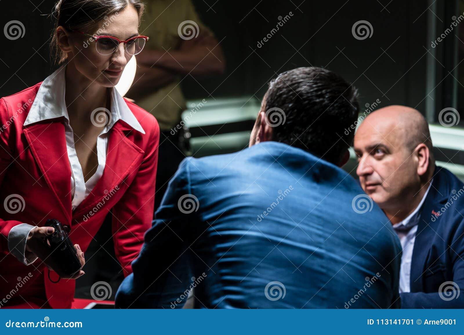 Procuratore femminile dedicato che ascolta la confessione di un sospetto
