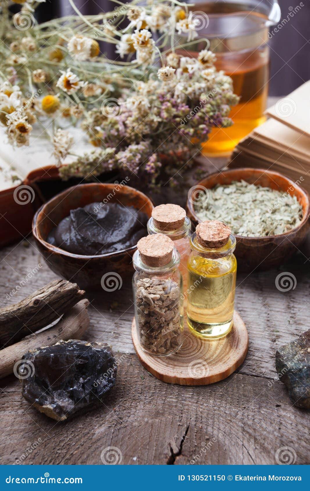Prodotti di cura di pelle di erbe naturali, ingredienti di vista superiore Olio cosmetico, argilla, sale marino, erbe, foglie del