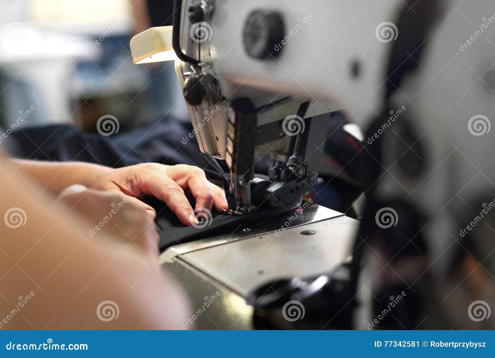 Produção de roupa, costurando em uma máquina