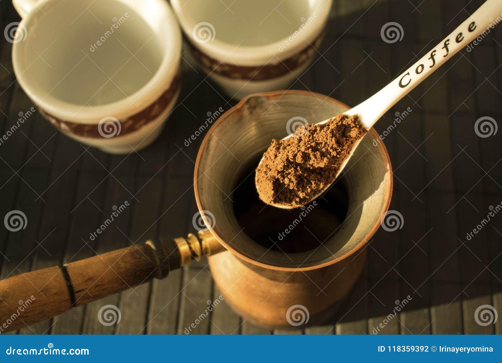 Producendo caffè nero greco/turco tradizionale sul turco Coffe