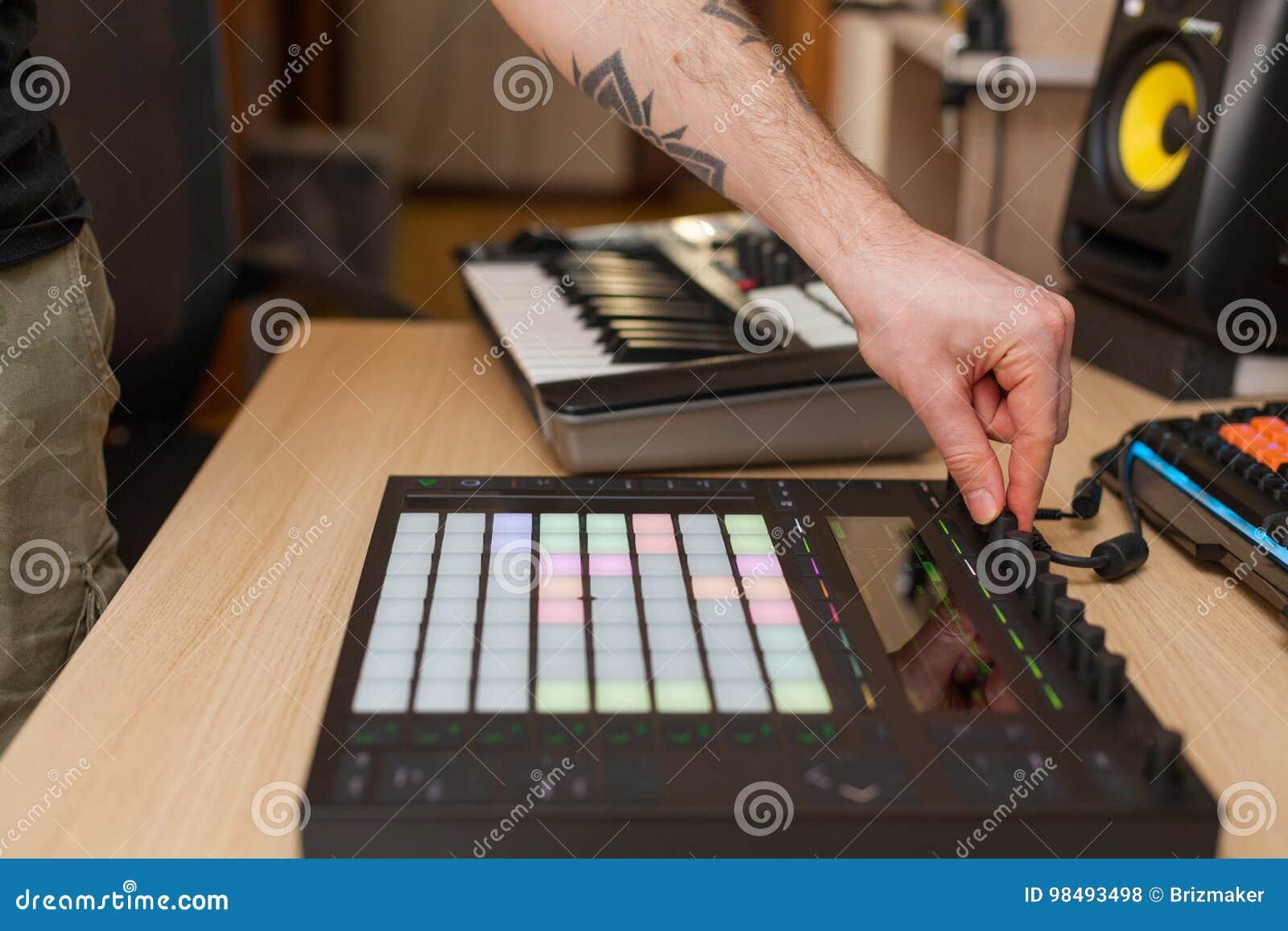 Producent robi muzyce na fachowym produkcja kontrolerze z pchnięcie guzika ochraniaczami