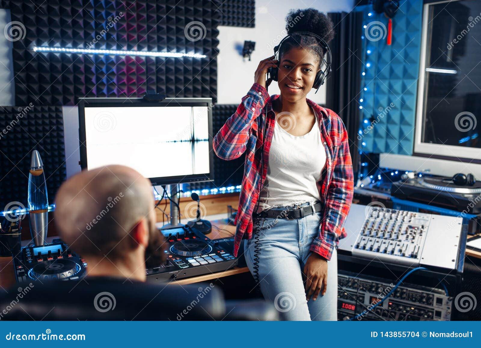 Producteur sain et interprète féminin dans le studio