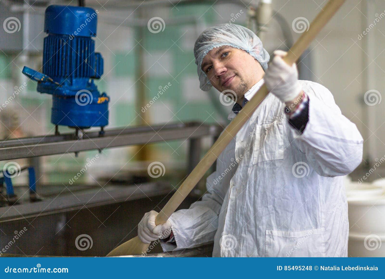 Productie van kaas in zuivelfabriek, de mengelingen van de arbeiderskaas