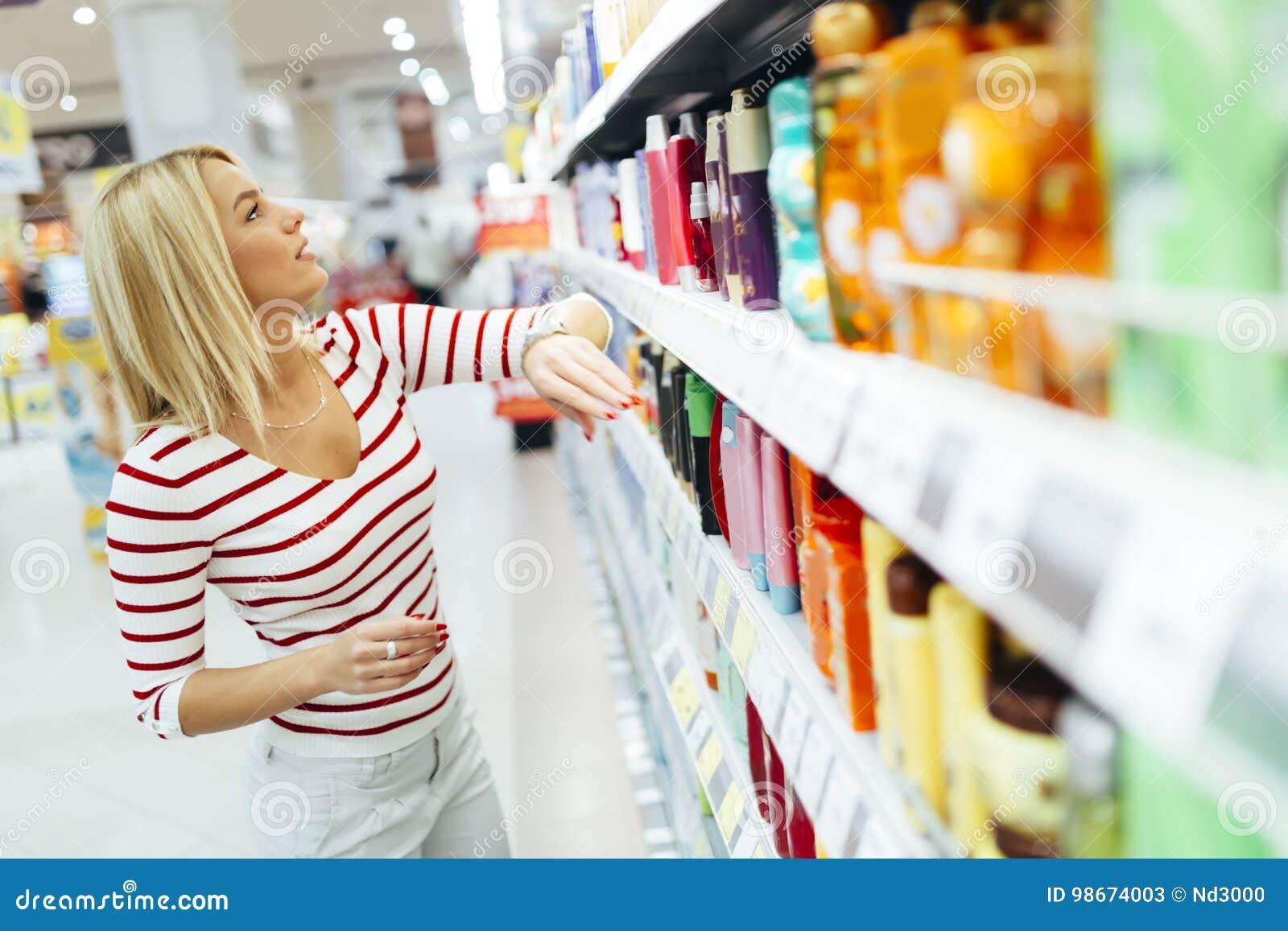 Productos de compra del cuidado del cuerpo de la mujer hermosa
