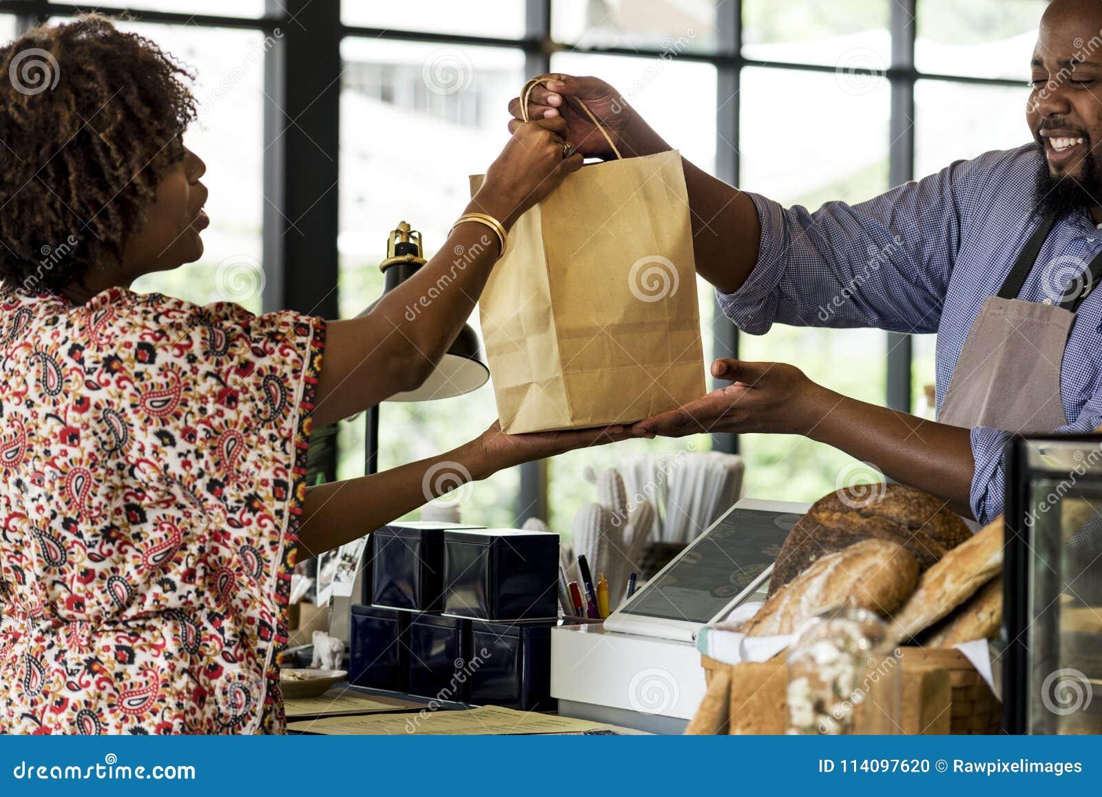 Productos de compra de la panadería del cliente negro