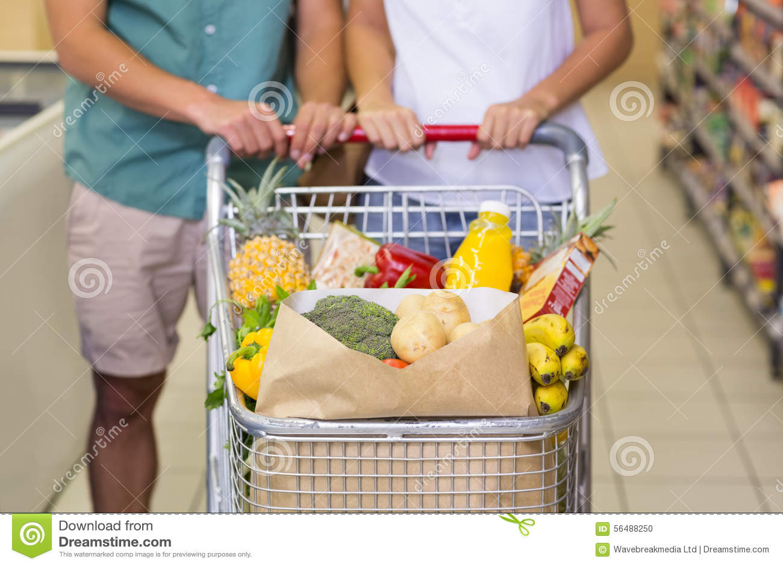Produits alimentaires de achat de couples lumineux