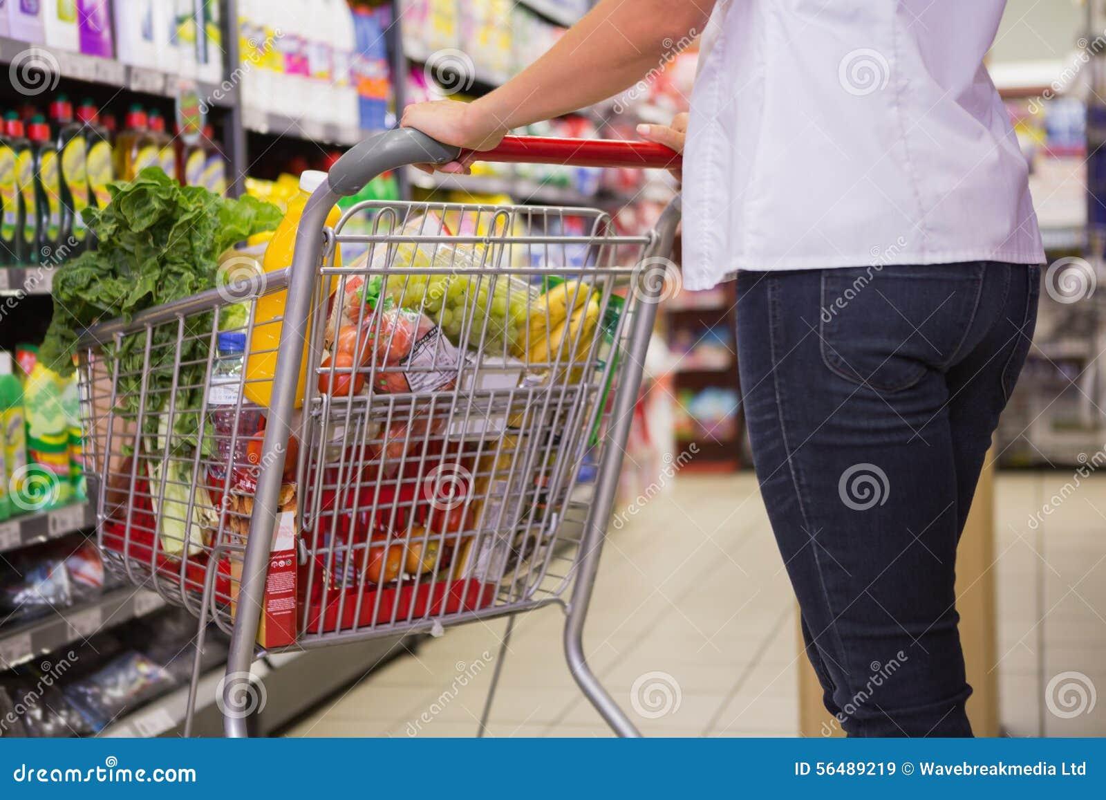 Produits d achat de femme avec son chariot