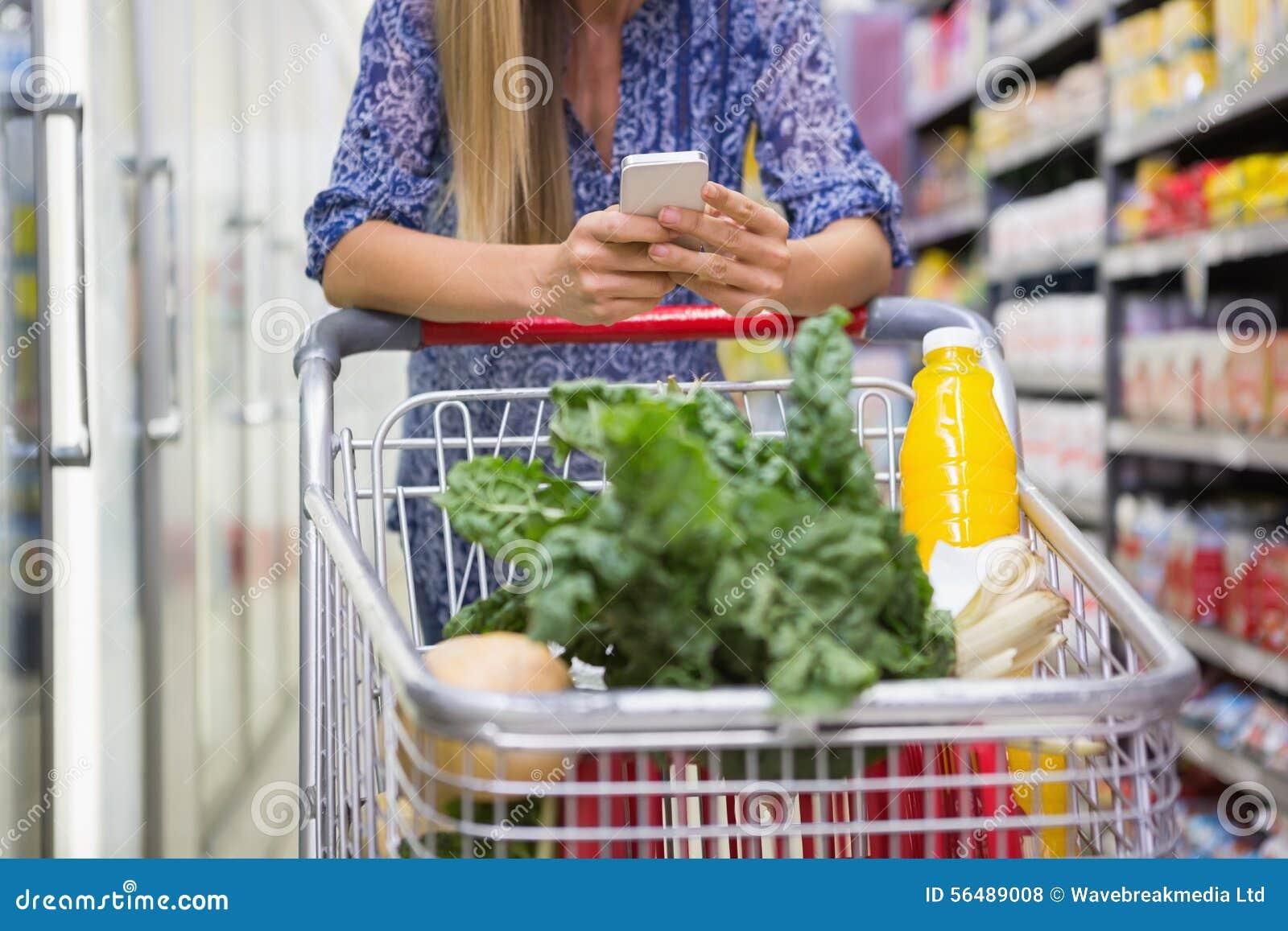 Produits d achat de femme et à l aide de son smartphone