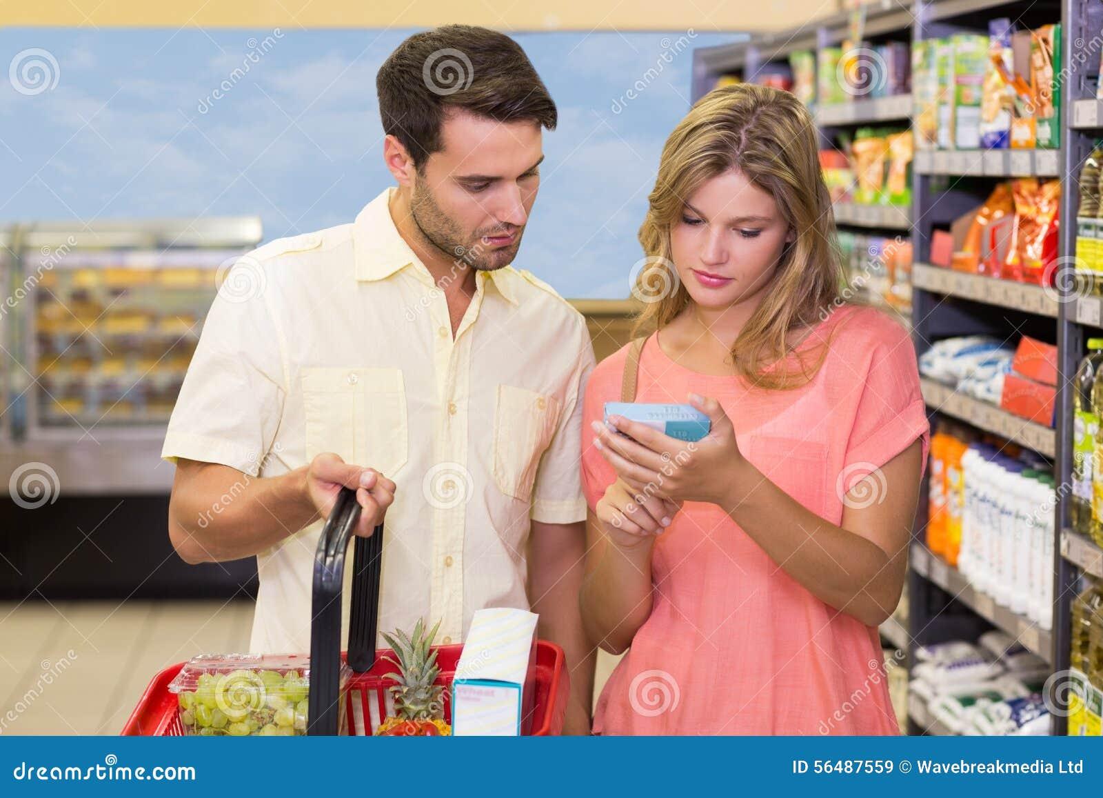 Produits de achat d un couple lumineux utilisant le panier à provisions