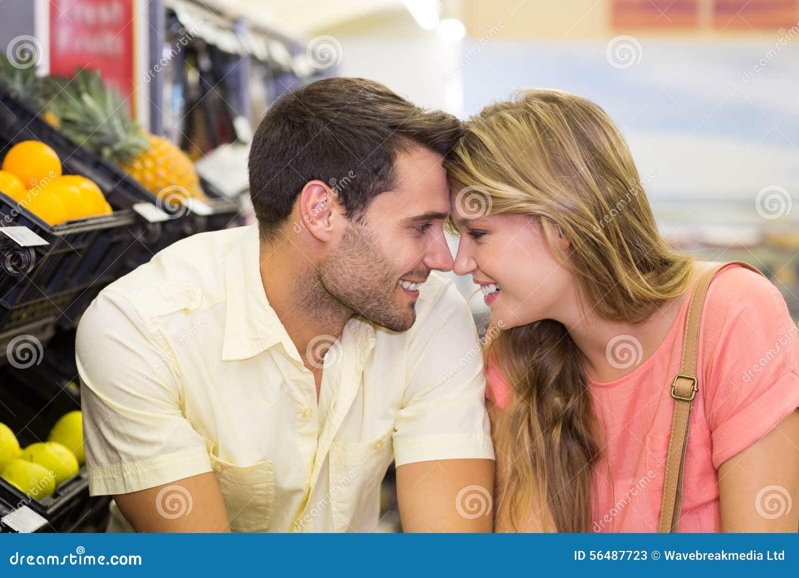 Produits de achat de sourire de couples lumineux
