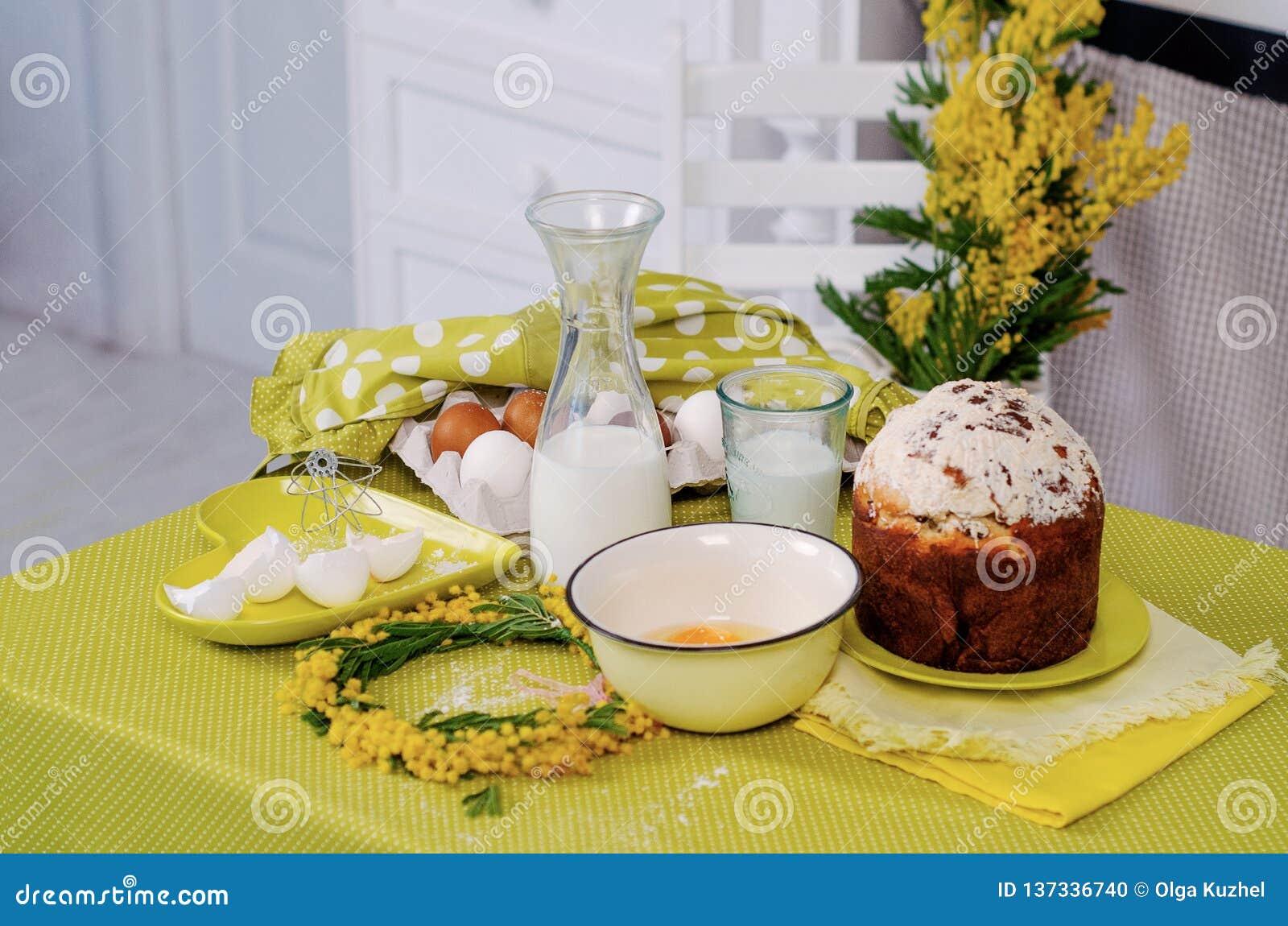 Produits de gâteau de Pâques sur la table verte avec des fleurs