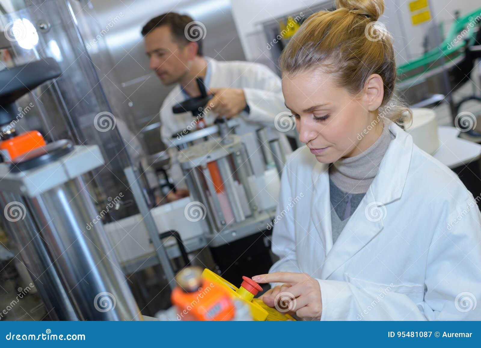 Produkcja elektroniczni składniki przy zaawansowany technicznie fabryką