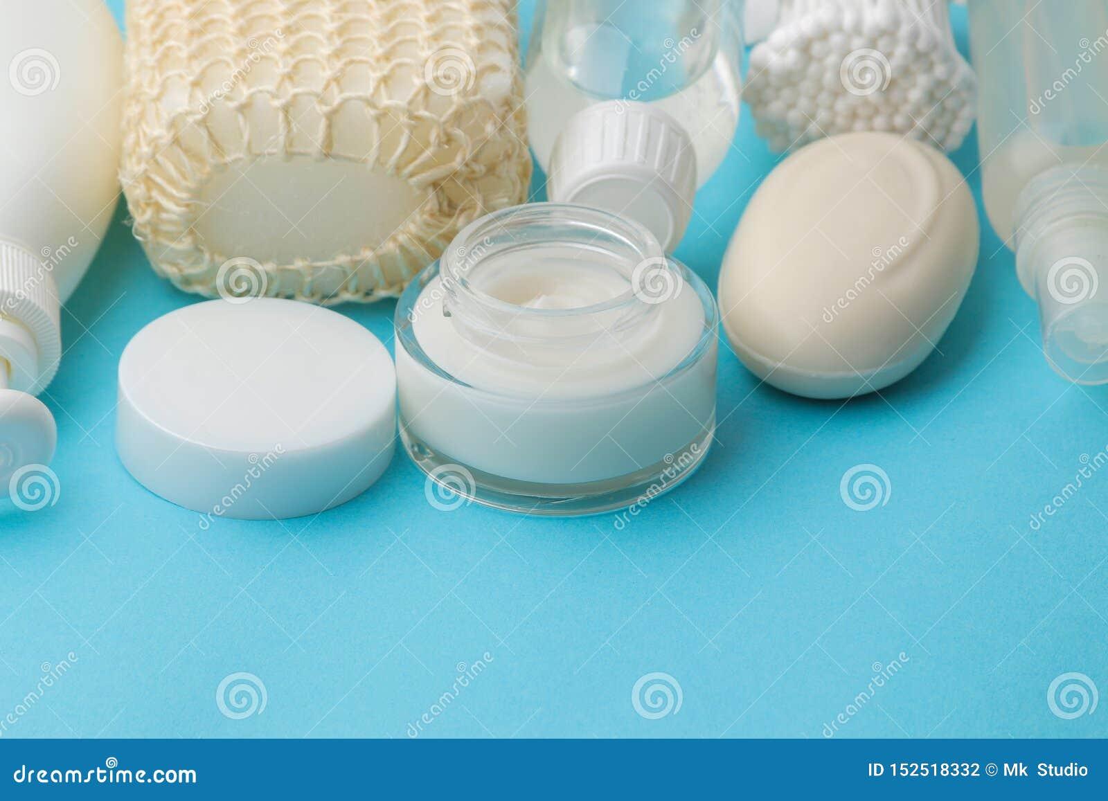 Produkte der pers?nlichen Hygiene K?rperpflegekosmetik Weiße Flaschen und Phiolen auf einem blauen Hintergrund Badekurort relax