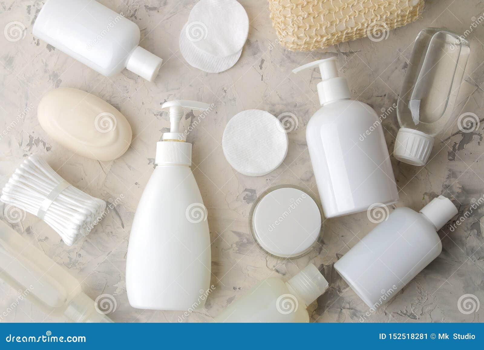 Produkte der pers?nlichen Hygiene K?rperpflegekosmetik Weiße Flaschen und Phiolen auf einem hellen Hintergrund Badekurort relax B