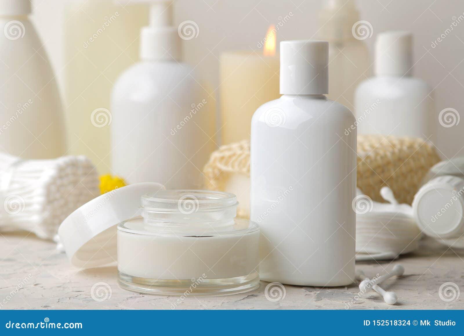Produkte der pers?nlichen Hygiene K?rperpflegekosmetik Weiße Flaschen und Phiolen auf einem hellen Hintergrund Badekurort relax