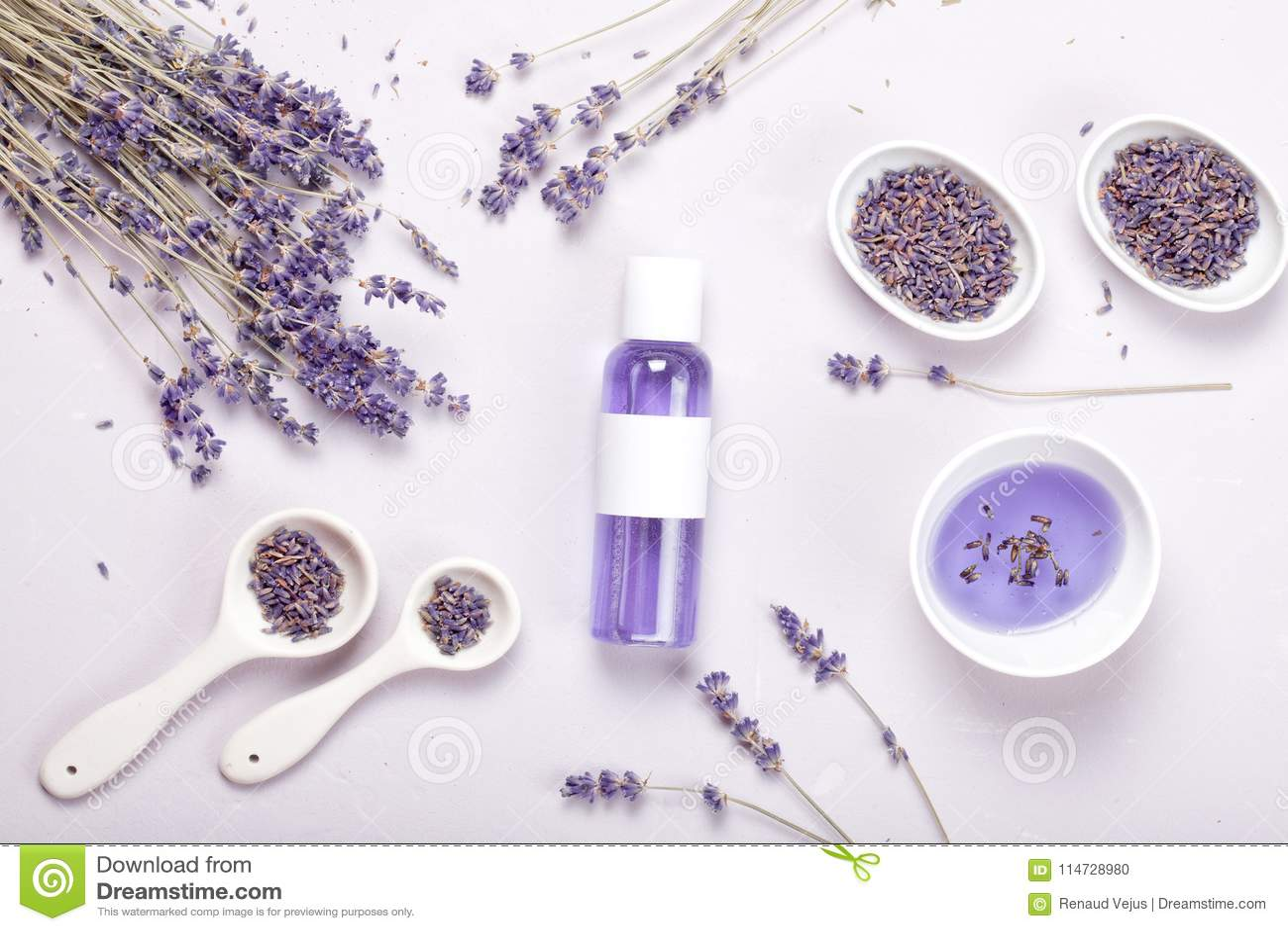 Produkter för lavendelkroppomsorg Aromatherapy och naturligt sjukvårdbegrepp