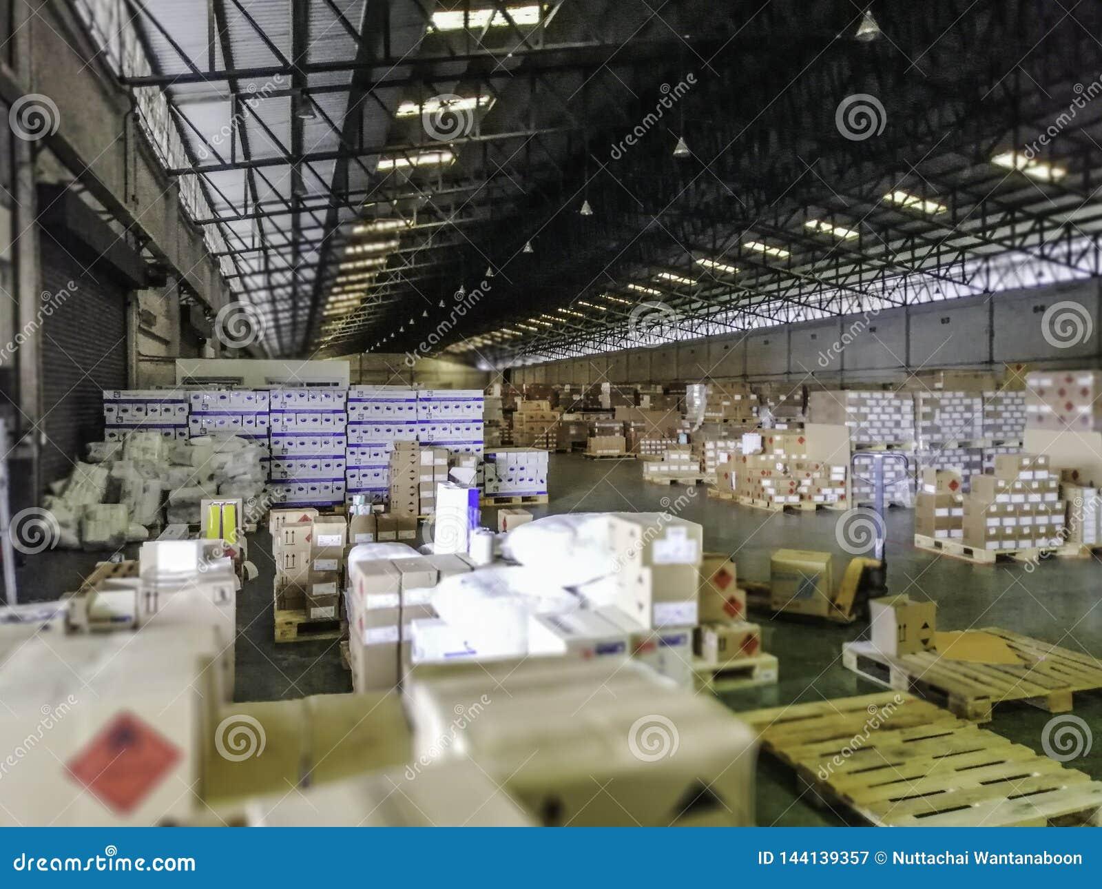 Produkter i ett stort lager Inom ett stort gammalt lager