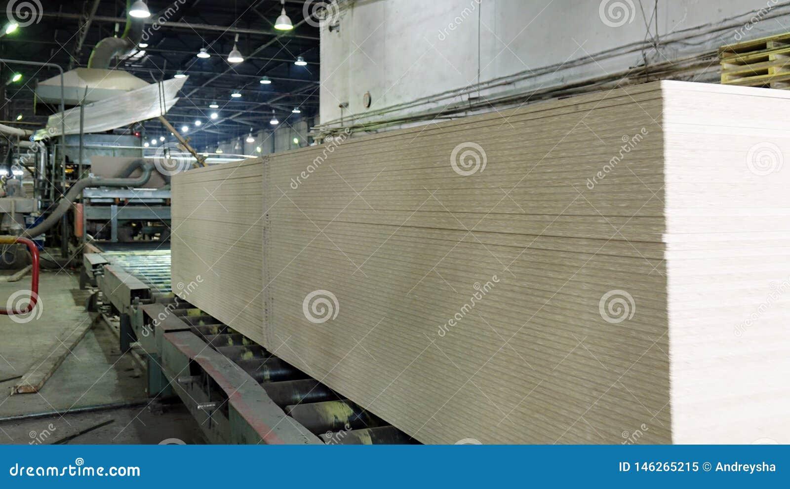 Produktion av den pl?terade tr?fiberplattan Fibreboardark f?r m?blemangproduktion