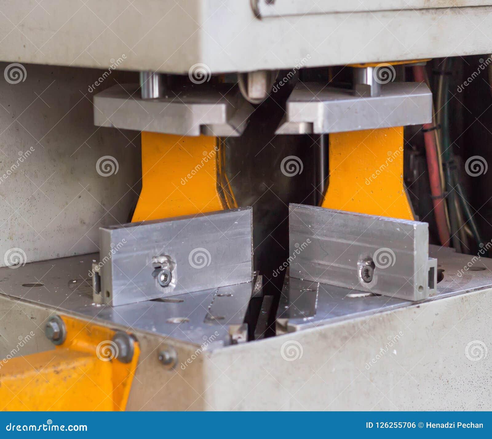 Produktion av pvc-fönster, att limma av plast- hörn av fönster, bearbetar med maskin för tillverkning av pvc-fönster