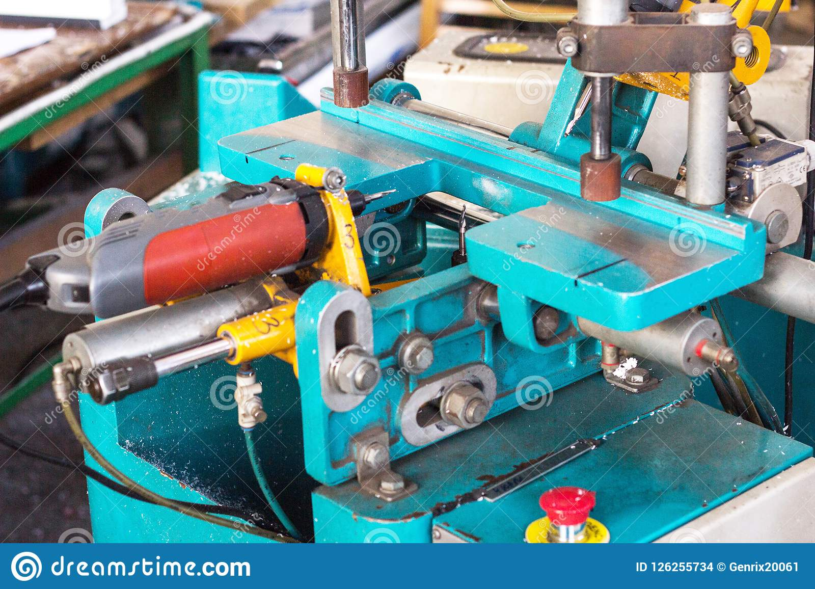Produktion av PVC-fönster, en maskin för framställning av hål i den plast- profilen av PVC-fönstret, drillborr
